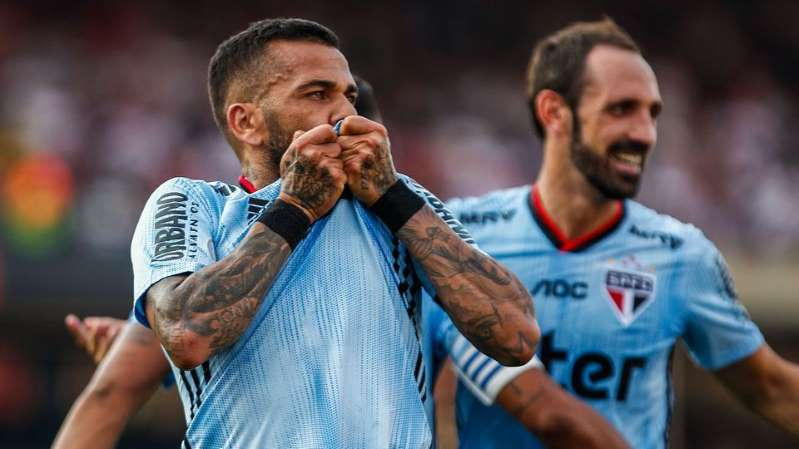 © Getty Images Daniel Alves beija o escudo após marcar em sua estreia pelo São Paulo